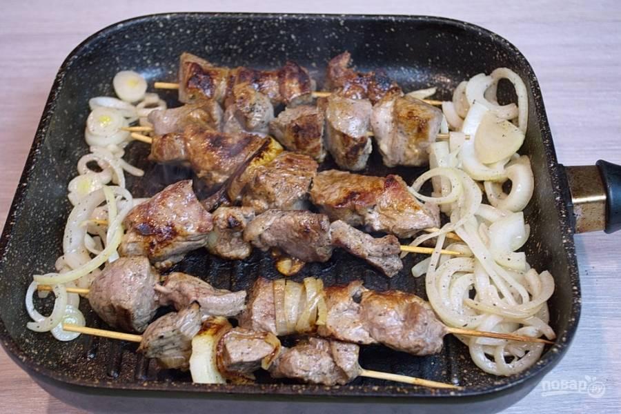 На сковороде-гриль обжарьте со всех сторон шашлычки. Её предварительно нужно очень хорошо разогреть, но после уменьшите огонь до среднего и жарьте шашлычки именно так.