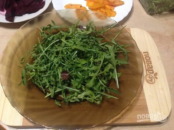 5. Выкладываем на тарелку для салата рукколу.