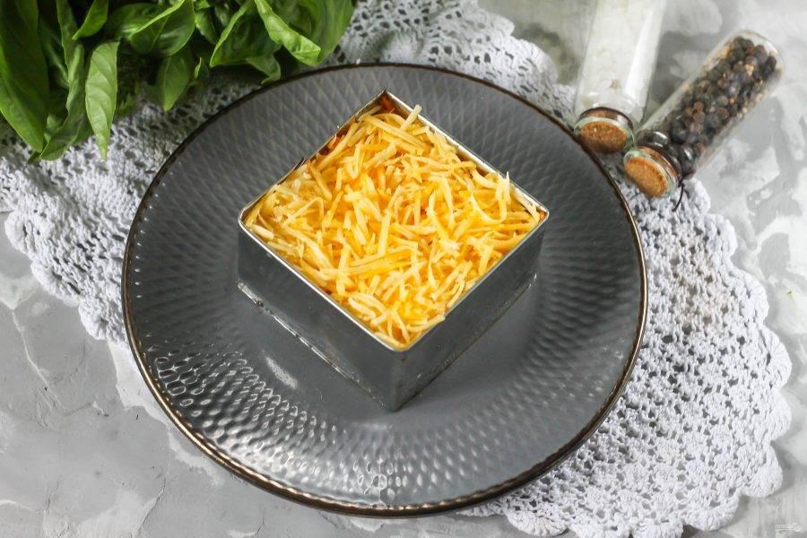 Завершая формирование рецепта, выложите слой тертого твердого сыра.