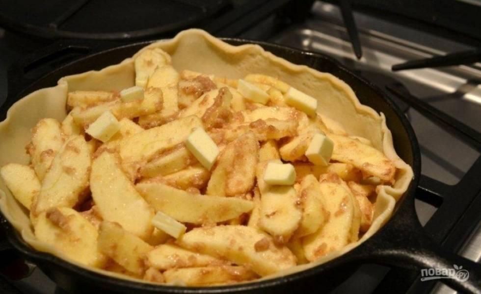 6.Выложите внутрь яблочную начинку, оставшееся сливочное масло нарежьте кусочками и распределите.