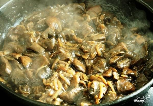 Когда лук станет прозрачным - добавляем в сковороду не слишком мелко нарезанные свежие грибы. Перемешиваем и жарим (точнее, тушим - из грибов будет выпариваться много жидкости) на среднем огне минут 15-20.