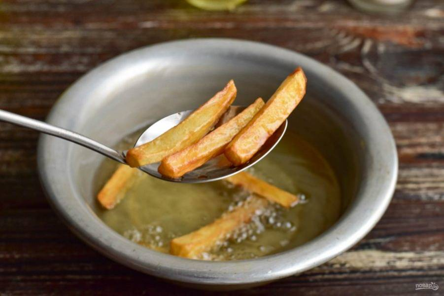 В хорошо разогретом растительном масле обжарьте картофель до золотистости.