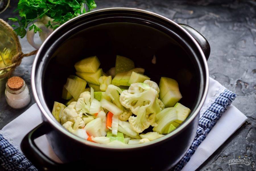 Выложите овощной набор в кастрюлю, добавьте соль и перец.