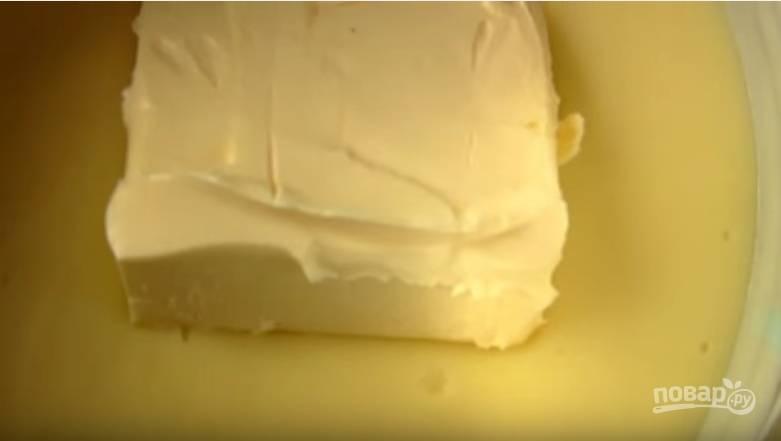 4. Когда готовый крем немного остынет, добавьте масло и перемешайте до его растворения.