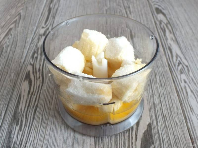 В чашу блендера выложите банан, сахар, апельсиновый сок.