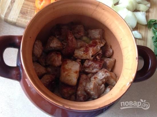 Распределяем мясо по горшочкам. У меня получилось два горшочка ёмкостью по 0,8 литра.