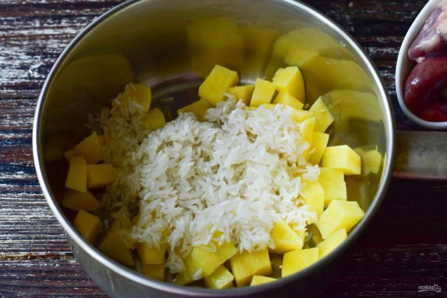 Вымойте рис и выложите его сверху на картофель.