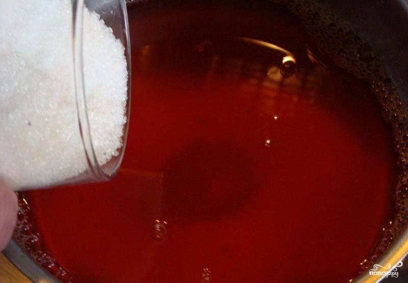 3. Процедить смесь через сито и добавить отжатый сок вместе с сахаром и размягченным желатином. Нагреть, не доводя до кипения, чтобы желатин растворился. Выключить огонь и остудить до комнатной температуры.