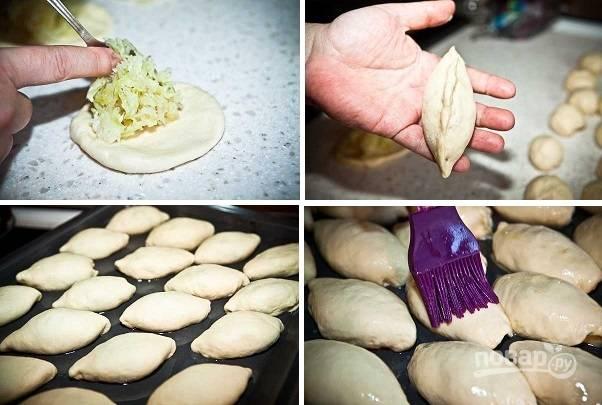 7. В центр кружочка выложите начинку, аккуратно залепите края и отправьте пирожок на противень, смазанный маслом. Взбейте яйцо и смажьте им пирожки с помощью кисточки.