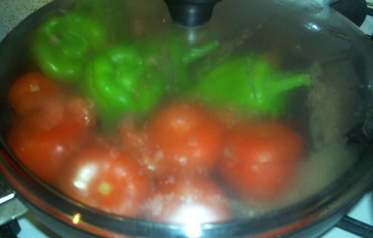 Ставим сковороду на средний огонь, поливаем мякотью томатов и накрываем крышкой. Готовим 15 минут, чтобы испарилась вся жидкость.