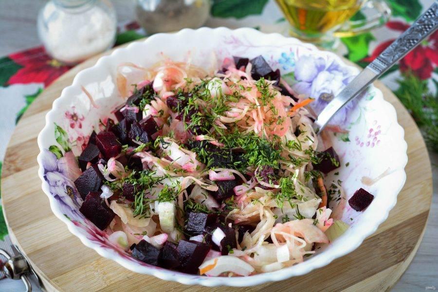 Добавьте в салат мелко рубленый укроп или другую зелень. Перемешайте.