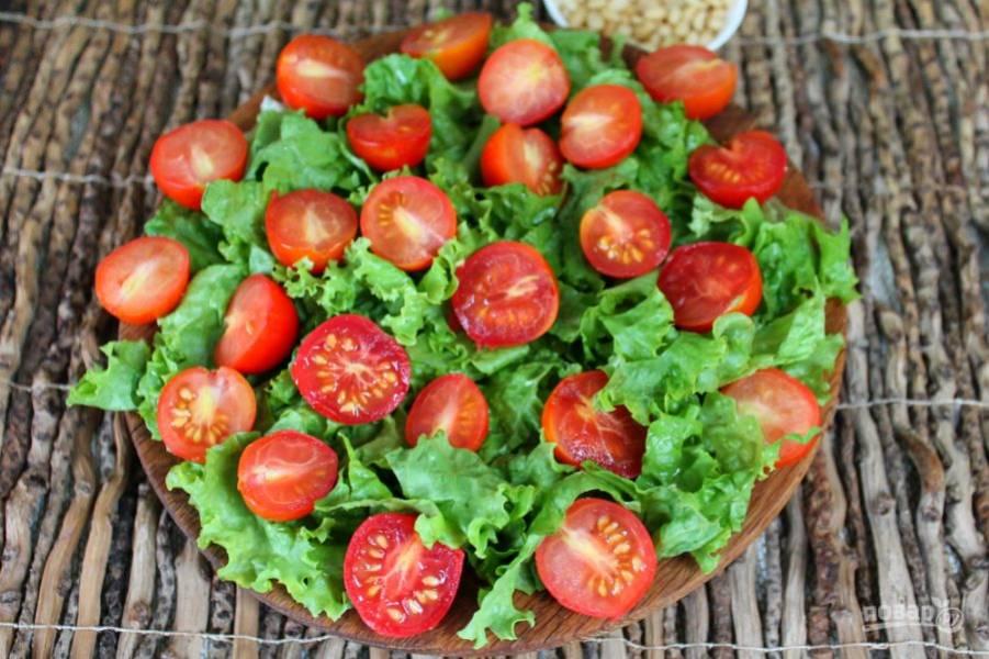 Черри разрезаем на кусочки и добавляем в салат.