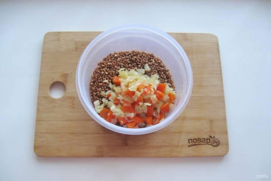 Добавьте лук, морковь и чеснок. Посолите и перемешайте.