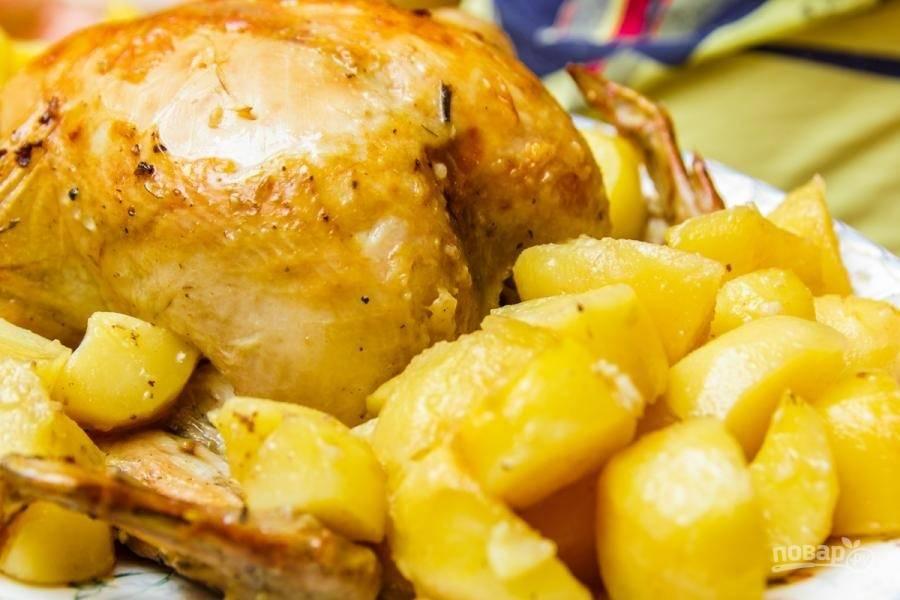 6. Выложите готовую курицу и запечённый картофель на блюдо.