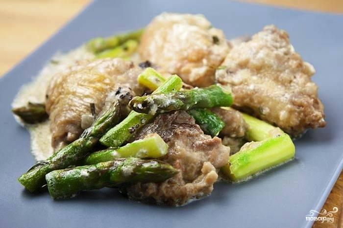 Подаем курицу фламбе с любимым гарниром. Дегустируем, восхищаемся и клянемся, что будем готовить это блюдо чаще :) Приятного аппетита, мсье и мадам!