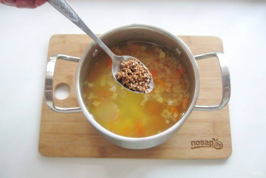 Варите овощи до полуготовности. После добавьте гречневую крупу, которую следует хорошо промыть. Суп посолите по вкусу.