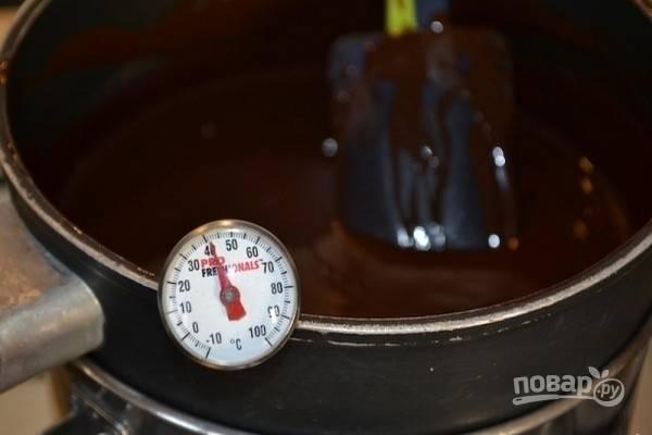 4.Растопите шоколад равномерно, перемешивая силиконовой лопаткой, до температуры в пределах от 40 до 45 градусов.