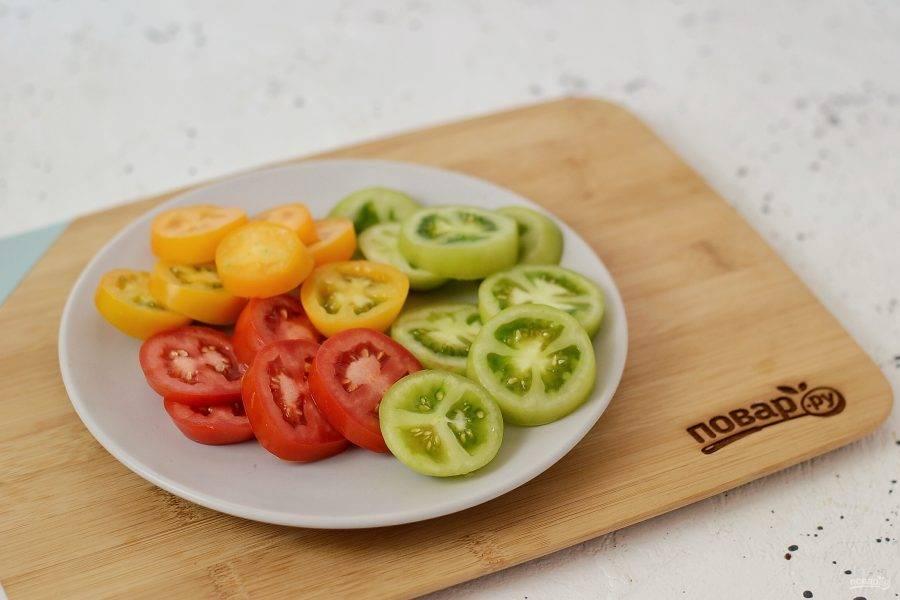 Помойте помидоры, нарежьте кружочками.