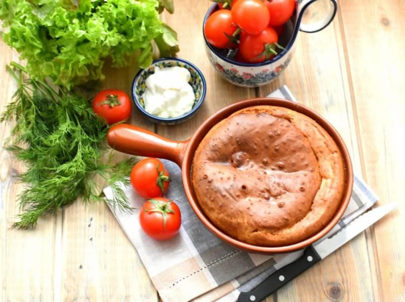 Подавать пирог можно с томатами и сметаной. Приятного аппетита!