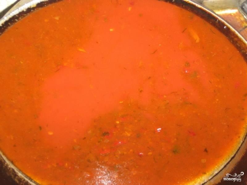 5. Простой рецепт мяса по-домашнему нужно дополнить еще томатным соусом. Для этого необходимо вымыть помидоры, очистить от кожуры и мелко порезать. Потушить на сковороде с небольшим количеством соли, перца и пряных трав. Можно взять готовый томатный соус и разогреть его на сковороде.
