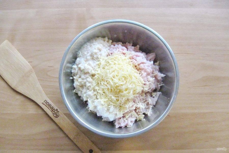 Твердый сыр натрите на терке и добавьте в фарш.