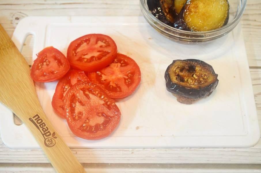 7. На кружок хлеба положите кружок баклажана.