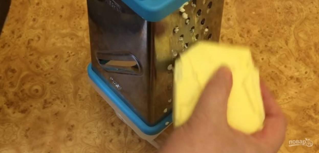 3. Тесто накройте и оставьте отдыхать. Замороженное сливочное масло натрите на крупной терке и поставьте в морозилку на 15 минут. Небольшими кусочками добавьте натертое масло в тесто, постоянно вымешивая его.