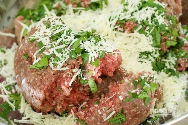 2. Смешайте фарш, хлеб, пармезан, измельченную петрушку, соль и перец в большой миске.