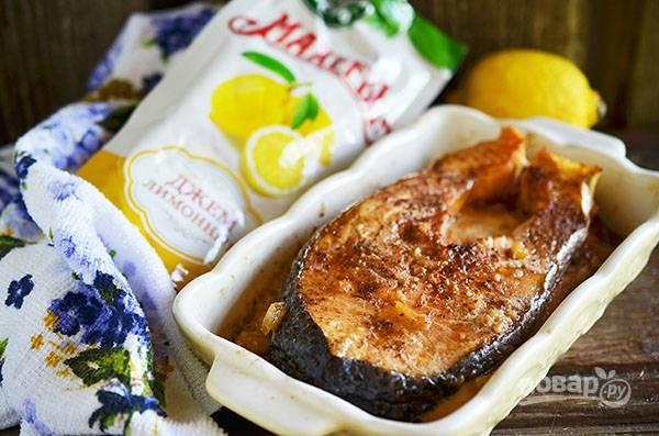 Выложите рыбу в форму, залейте маринадом, прикройте фольгой и запекайте в разогретой до 180 градусов духовке 30 минут.