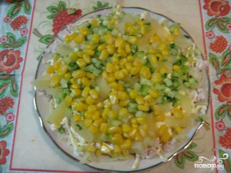 4.Дольки ананаса выкладываем сверху,  также выкладываем мелко измельченный  огурец и кукурузу. Прямо из банки слегка поливаем соком ананаса.