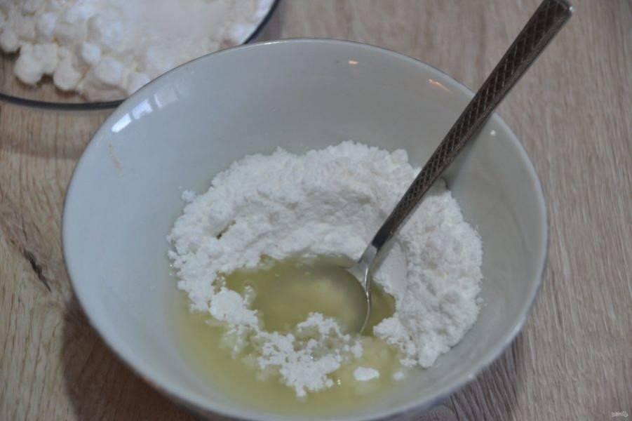 Для приготовления сахарной глазури смешайте лимонный сок и сахарную пудру. Для начала возьмите 20 грамм лимонного сока, размешайте и добавьте при необходимости еще, чтобы добиться нужной консистенции.