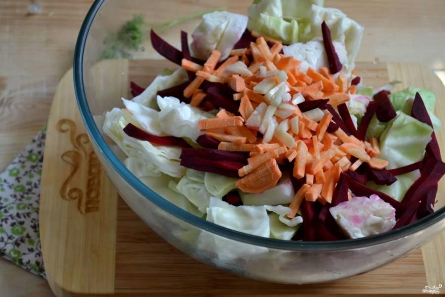 В большой миске соедините измельченные овощи, добавьте порезанный соломкой чеснок, все хорошо перемешайте.
