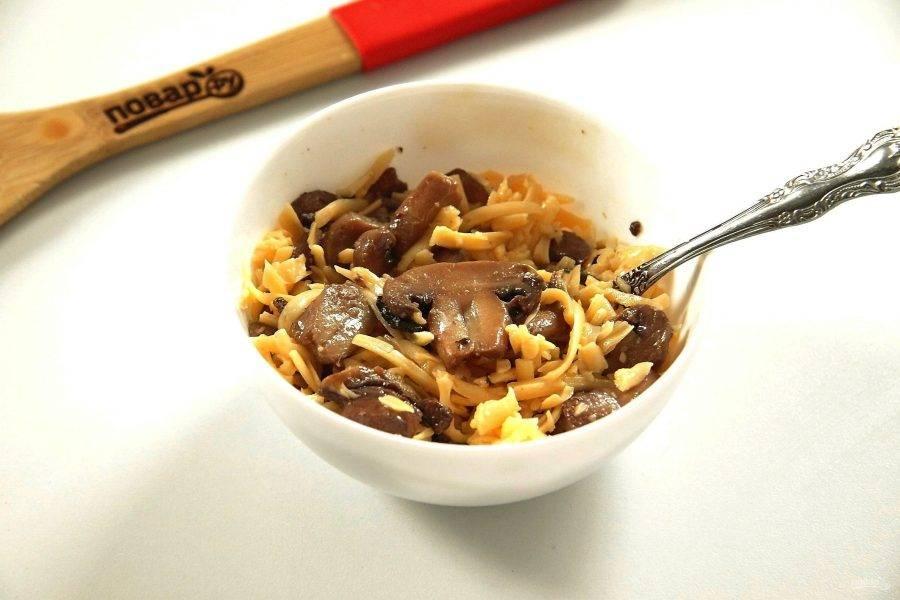 Для начинки обжарьте грибы до готовности, добавьте к ним тертый сыр, соль по вкусу и перемешайте.