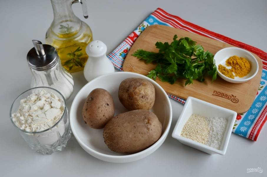 """Подготовьте продукты. Отварите картофель в """"мундире"""", теплым снимите с него кожуру. Вымойте зелень. Приступим."""