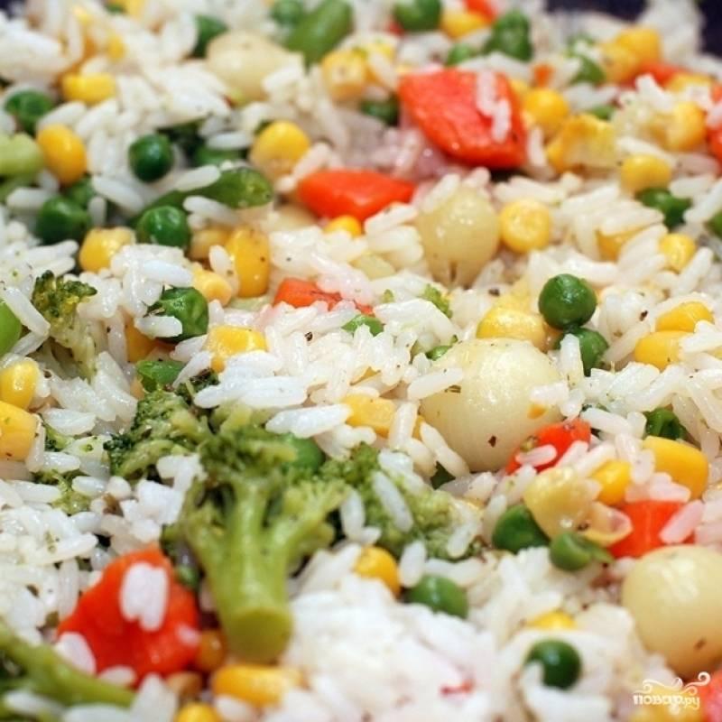 Когда овощи будут готовы, добавляем в вок отваренный до готовности рис. Хорошенько перемешиваем и даем пропариться на медленном огне около 5-10 минут.