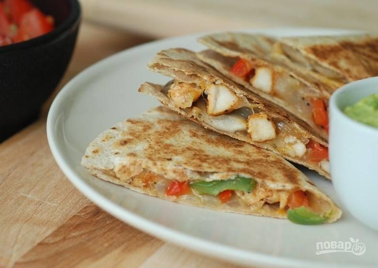 4. Обжарьте кесадилью по 2-3 минуты с каждой стороны. Приятного аппетита!