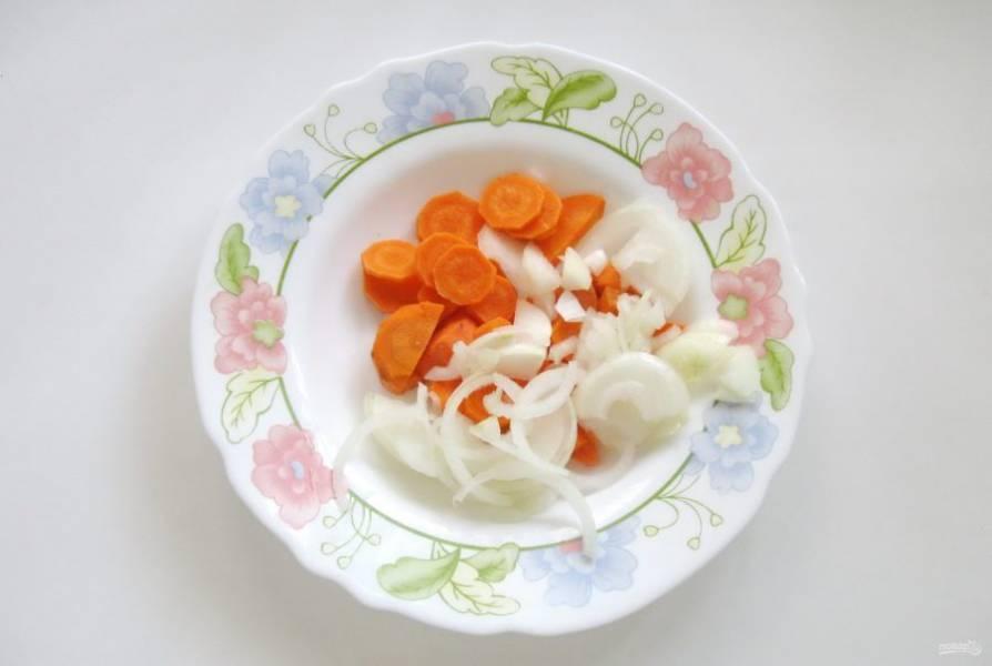 Морковь и лук очистите, помойте и нарежьте не очень мелко.