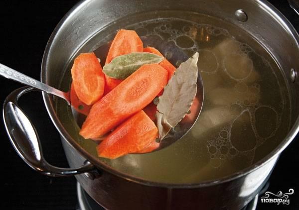 1. Многие из нас не представляют своей жизни без первого блюда. Например, кислые щи из утки готовят не часто, но те, кто хотя бы раз попробовал этот суп, будут готовить его постоянно. Для начала нужно отварить утку с овощами. Ставим кастрюлю с водой и уткой на огонь, доводим до кипения, снимаем пену, солим по вкусу и добавляем сырую морковь, лук и специи.