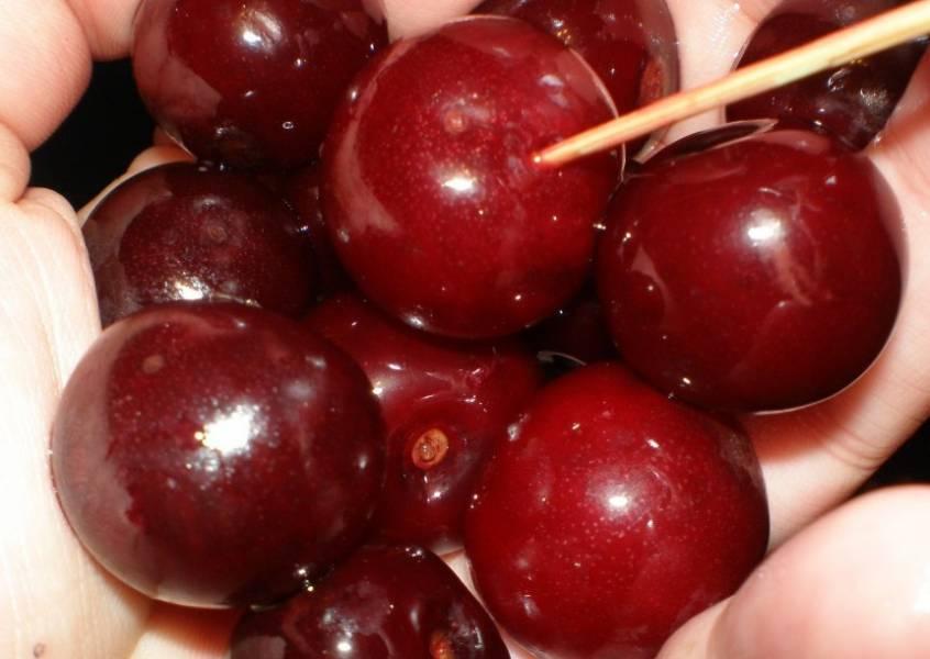 Теперь вернемся к вишне, чтобы они пустила достаточно сока, нужно проткнуть каждую ягоду (или почти каждую) зубочисткой.