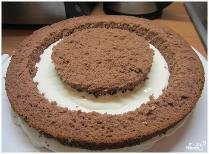Шаг 7. В середину поместите самый маленький круг коричневого бисквита.