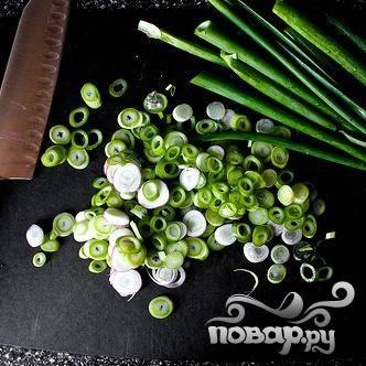 2. Приготовить маринад. Взбить уксус, воду, соль и сахар вместе в небольшом глубоком контейнере пор, пока соль и сахар не растворятся. Тонко нарезать зеленый лук.