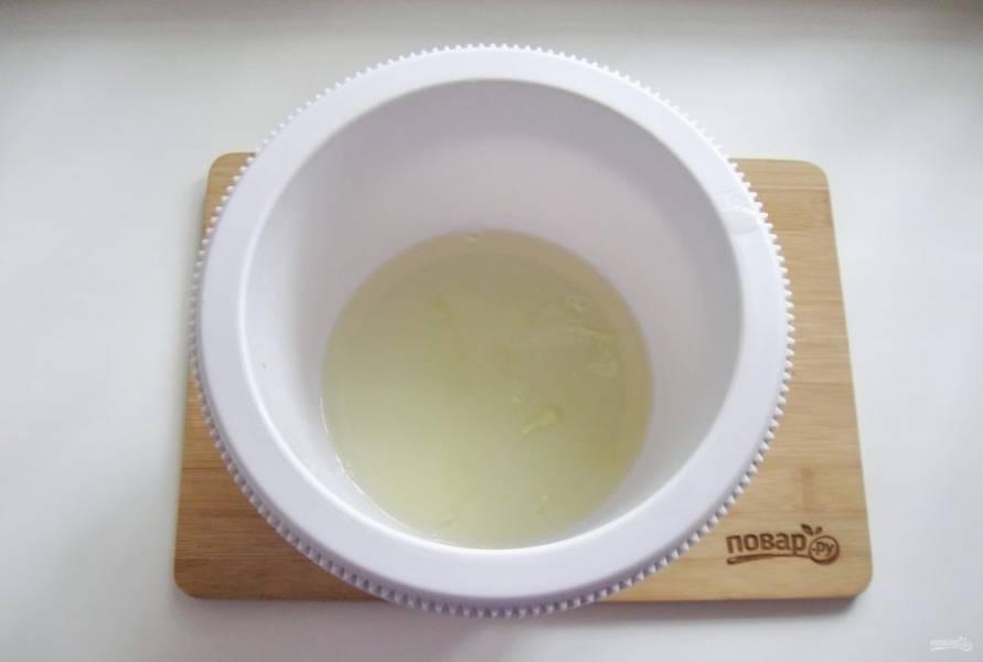 Белки отделите от желтков и выложите в чашу миксера.