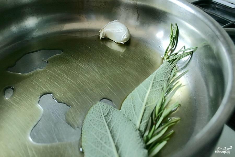 Расколите на сковороде оливковое масло, положите к нему зелень целиком и зубчик чеснока.