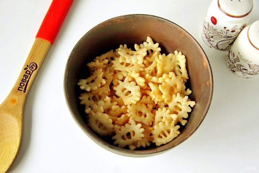 Понадобится примерно половина пачки чипсов со вкусом краба. Пересыпьте их в глубокую миску или сразу в салатник.