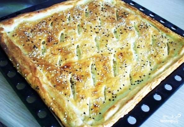 5. При температуре около 190 градусов выпекайте слоеный пирог с капустой и яйцом в домашних условиях около 20 минут. Как только верх зарумянится, значит, можно доставать и подавать к столу.