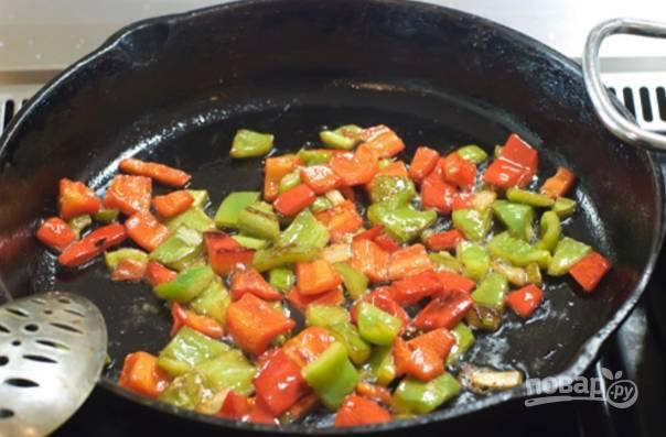 Итак, сперва очищаем перец, режем некрупно и обжариваем его на растительном масле до легкой золотистости.