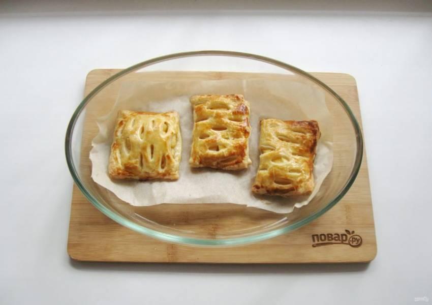 12. Выпекайте пирожки в духовке, заранее разогретой до 190-200 градусов, 20-25 минут до золотистого цвета.