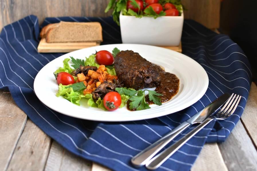 Спинка зайца в пивном соусе с карамельной репой и жареными маслятами