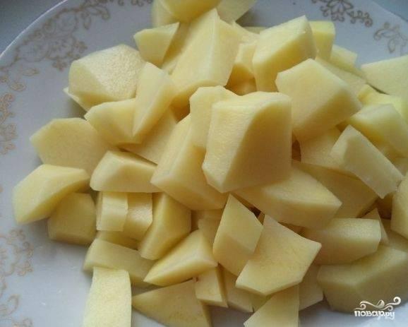 2.Очистите картошку, вымойте её и нарежьте маленькими кубиками. Почистите луковицу, помойте и меленько нарежьте её.