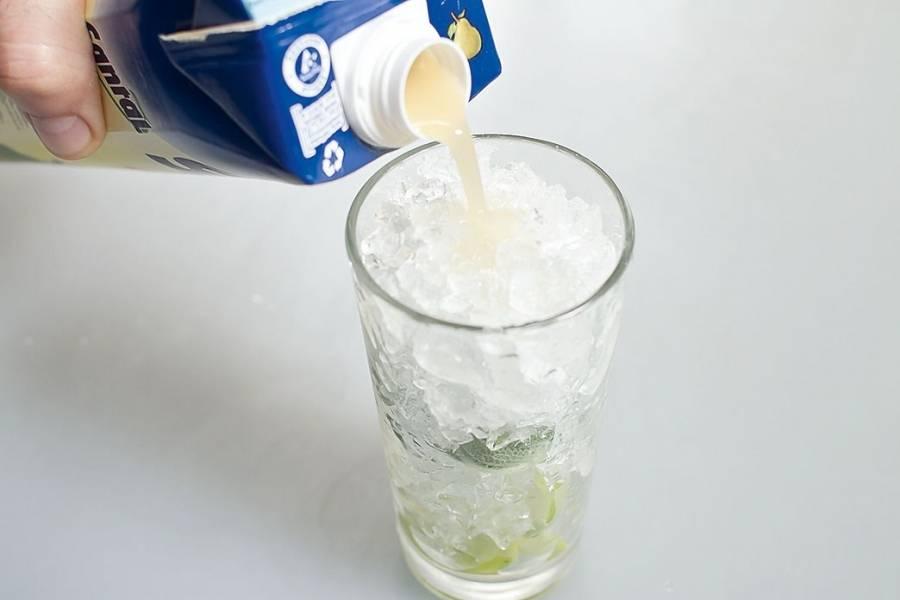 Заполните стакан оставшимся измельчённым льдом. Налейте грушевый сок.